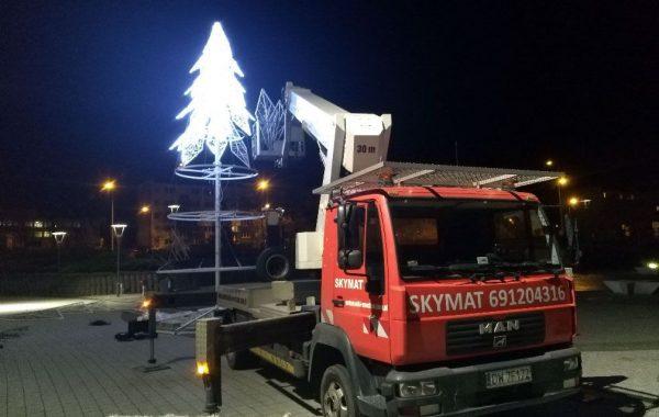 Nocny montaż ozdób świątecznych